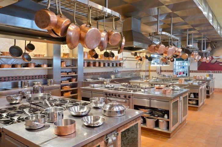 Große kommerzielle Küche mit Kupfer Töpfe hängen von einer Reihe von ...