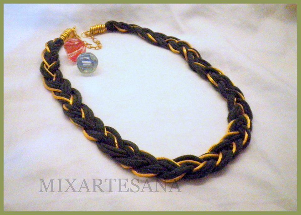 """C29 En """"trapillo"""" (tela de algodón) color verde oliva,  trenzado con cola de ratón color oro. Precio: 5.50 euros."""