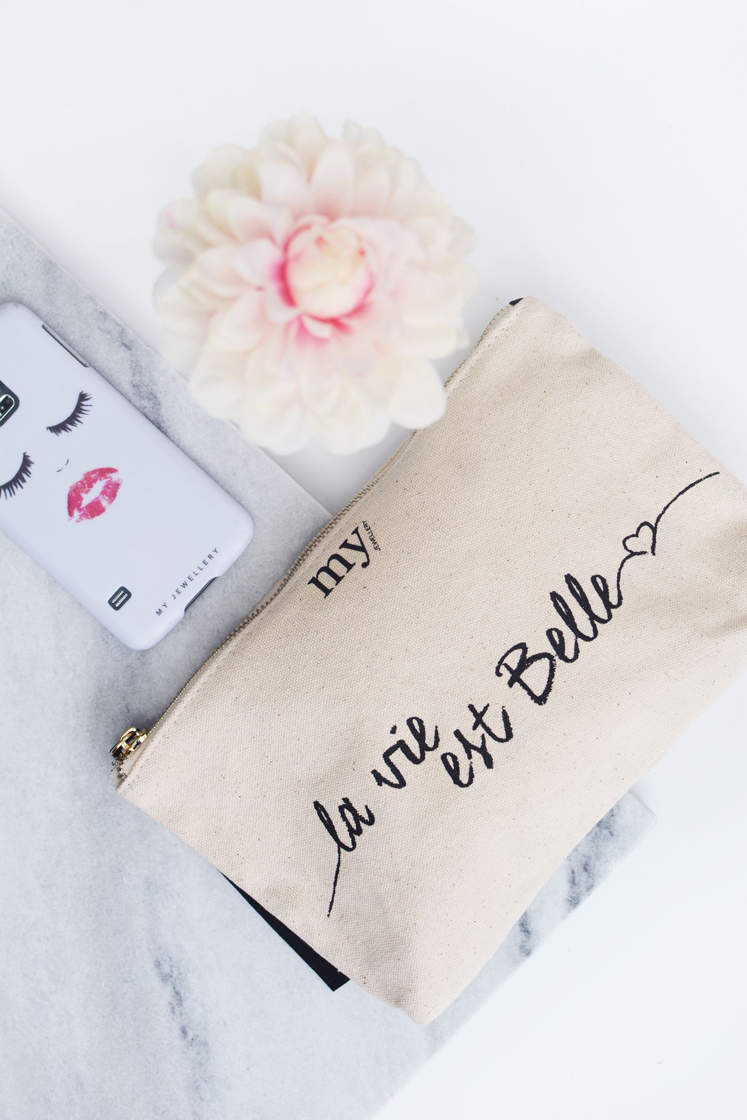 Etui La Vie Est Belle Bag In Bag Flatlay With Flowers Eyelash Iphone Case Marble Via Www My Jewellery Com Flower Phonecase Myjewell Sieraden