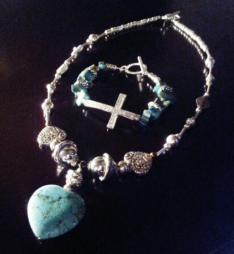 Turquoise pendant necklace with bracelet.