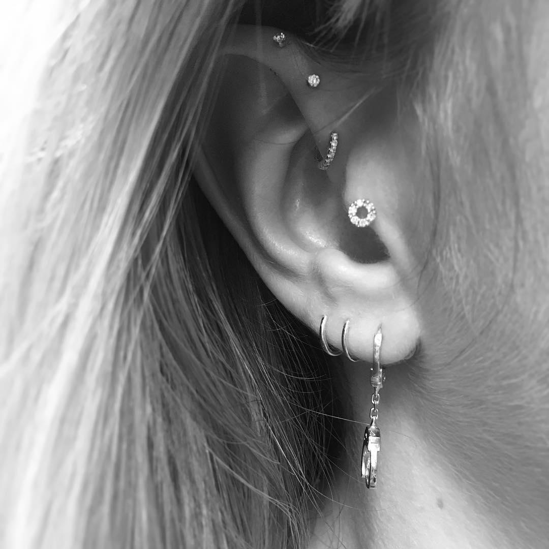 Piercing above lip to the side  Les constellations de piercings vont vous mettre des étoiles plein