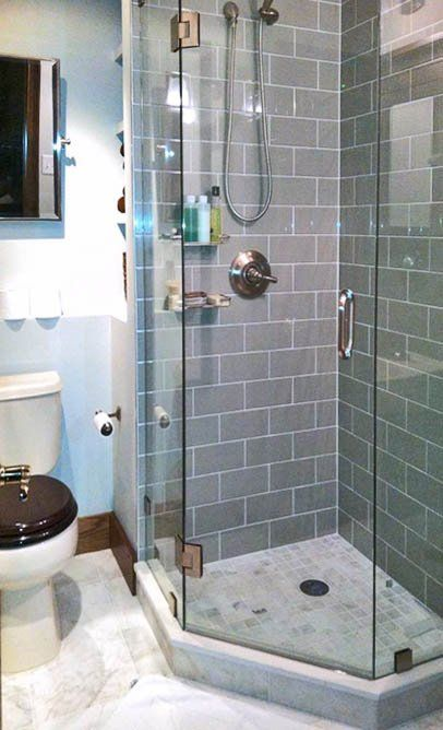 Small Bathroom Corner Shower I Like The Gray Tiles Duchas De Esquina Cuartos De Banos Pequenos Diseno Banos Pequenos