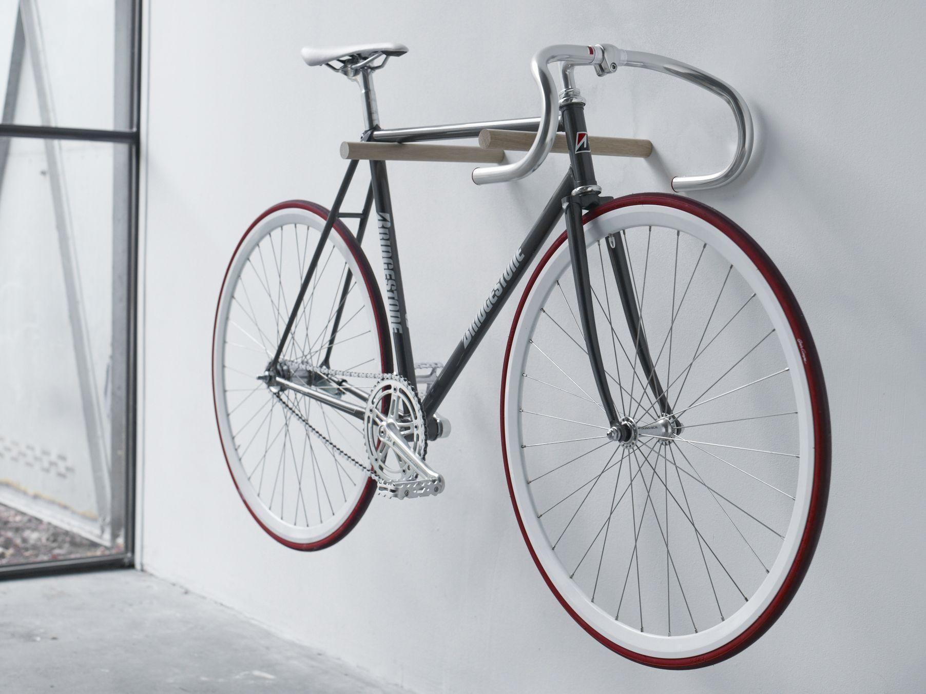 relaxdays fahrradhalterung zum aufh ngen am pedal fahrradhalter zur wandmontage bis 20 kg. Black Bedroom Furniture Sets. Home Design Ideas