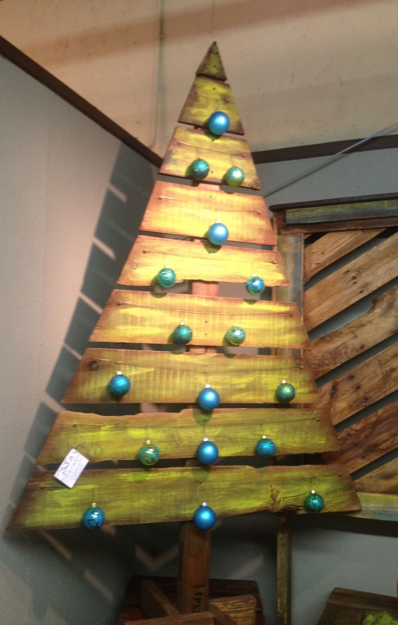 pallet wood outdoor christmas tree maybe for the back deck red balls though