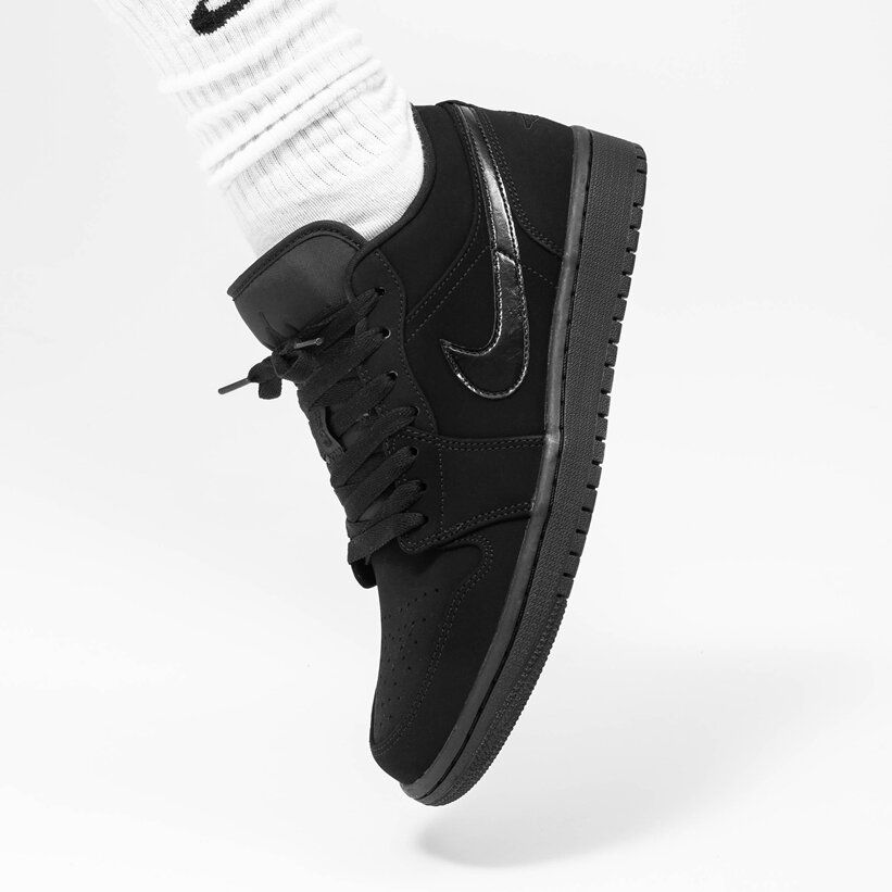 Air Jordan 1 Retro Low Triple Black