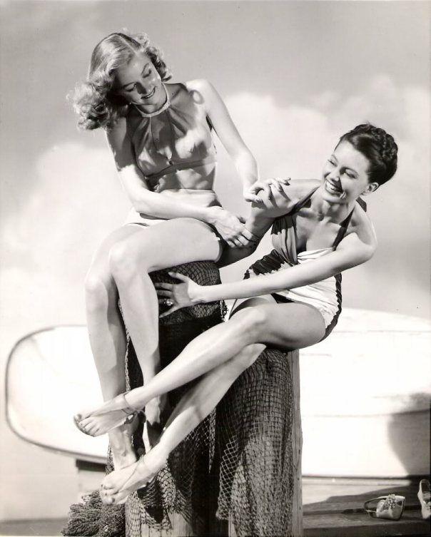 Cyd Charisse fue Vicki Gaye en la película Chicago años 30 -basada en la novela homónima de Marvin H. Albert-, una bailarina que no perdía ocasión para relacionarse con la mafia. A Gloria Grahame la disfrutamos, por ejemplo, en Deseos humanos o Los sobornados, ambas criminales, ambas de Fritz Lang.  Nadie lo diría viéndolas tan inocentes, tan inofensivas, en esta foto de estudio.