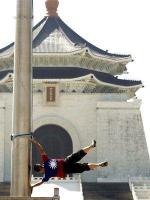 Homem que 'vira' bandeira já tirou foto em 100 pontos de Taiwan (Reuters)