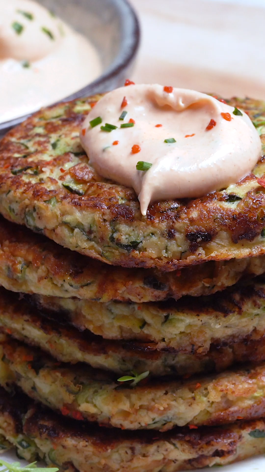 Hey foodies, Who loves fritters?! 🙌  These Zucchini Fritters hit all the right spots😋 ✅super easy to make  ✅Spicy/Sriracha Ranch Dip ✅Keto + low carb Let the Zucchini Fritters madness begin 💥