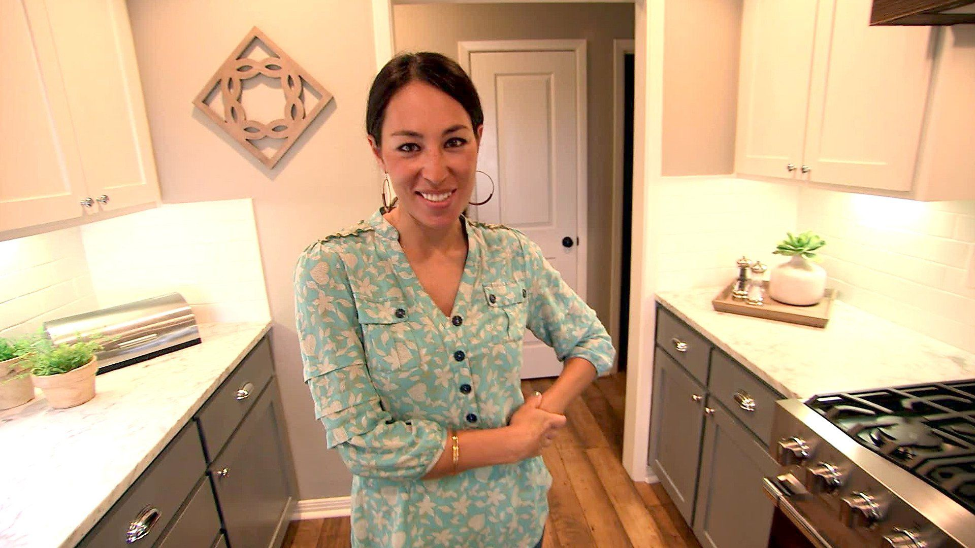Joanna Gaines Teaches Us How To Make A Small Room Look Bigger Fixer Upper Joanna Gaines Kitchen Design Small Space Chip And Joanna Gaines