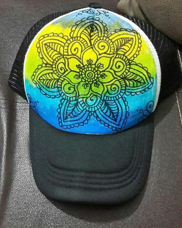 Gorra pintada a mano con diseño de mandala  0c9da1a895d