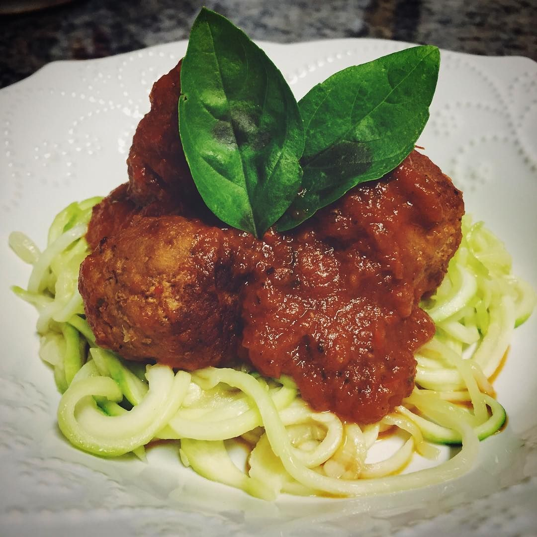 Spiralized zucchini noodles with lean turkey meatballs and homemade marinara (all ingredients fresh from the garden). Super simple and incredibly delish. #21DF approved with 1R, 1G, 1/2P // strawberrymint.org