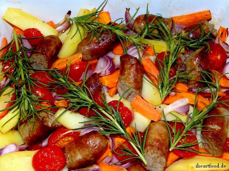 buntes Ofengemüse mit Bratwurst