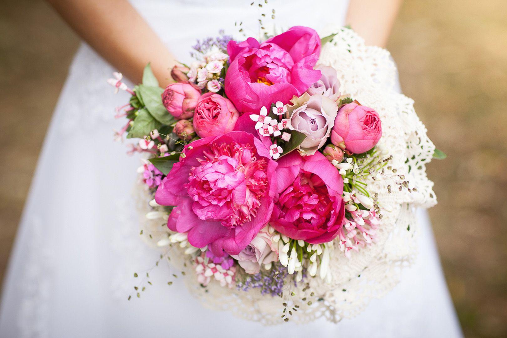 Ružová svadobná kytica z pivoniek s čipkou