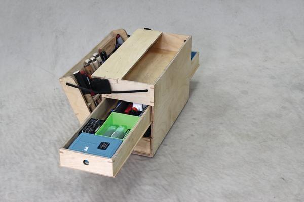 """Pius Bollinger lässt die vielen Sortimentskoffer gerne im Auto und besucht die Kundschaft im dritten Stock lieber mit kleinem Gepäck. Dafür hat er sich die Werkzeug- und Montagekiste """"Kistopherus"""" gebaut."""