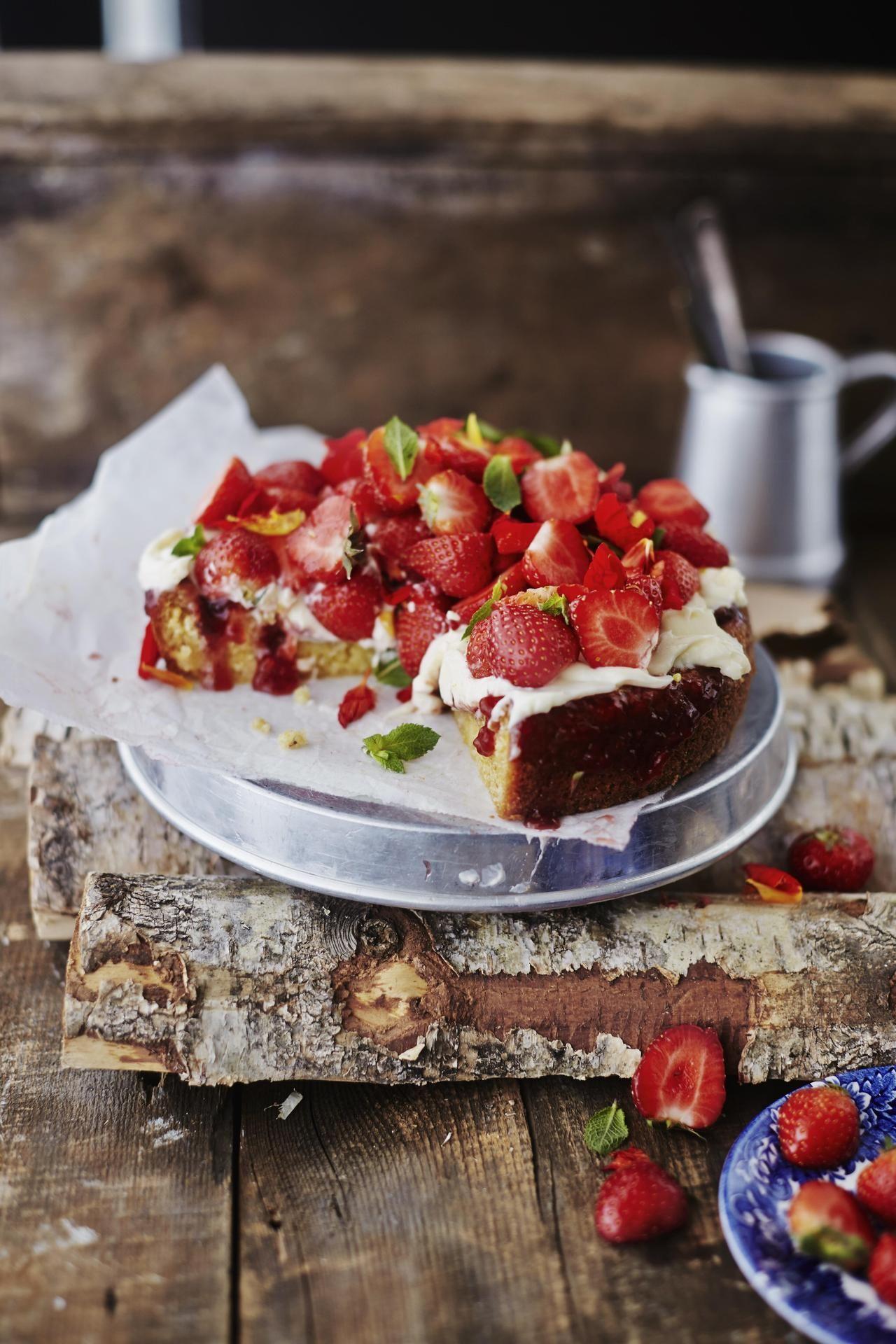Kokeile poke-kakkua eli tökkää (englanniksi poke) leivonnaiseen koloja ja täytä ne hillolla.