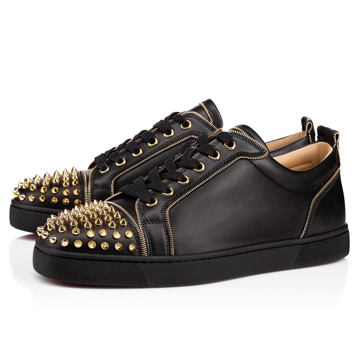 4cb80e3af4f Louis Junior Spikes se dote d un liseré de zip doré tout le long de la  sneaker qui illumine sa robe de cuir noir. Il se prénomme ainsi Louis Zip  Spikes
