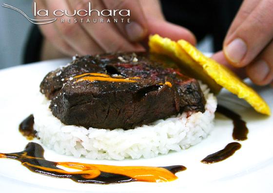 """Asado """"lomito"""" negro (delicioso solomillo estofado con salsa negra y arroz jamín)"""