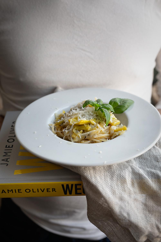 Jamie Oliver Wege I Carbonara W Wersji Wegetarianskiej White Plate Meals Without Meat Food And Drink Food