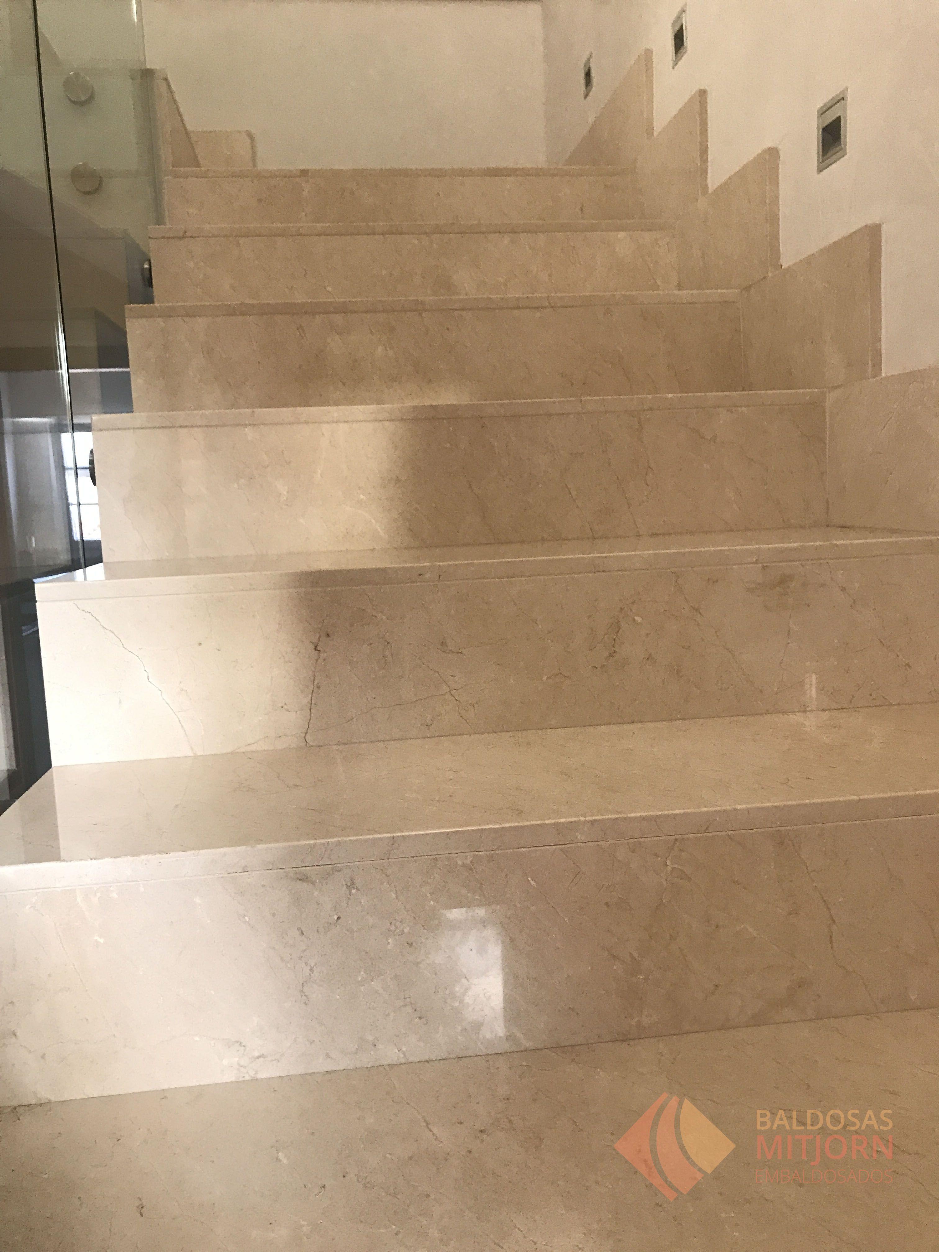 Hoy os traemos una escalera de m rmol terracota alineada que nuestros trabajadores realizaron en - Baldosas para escaleras ...