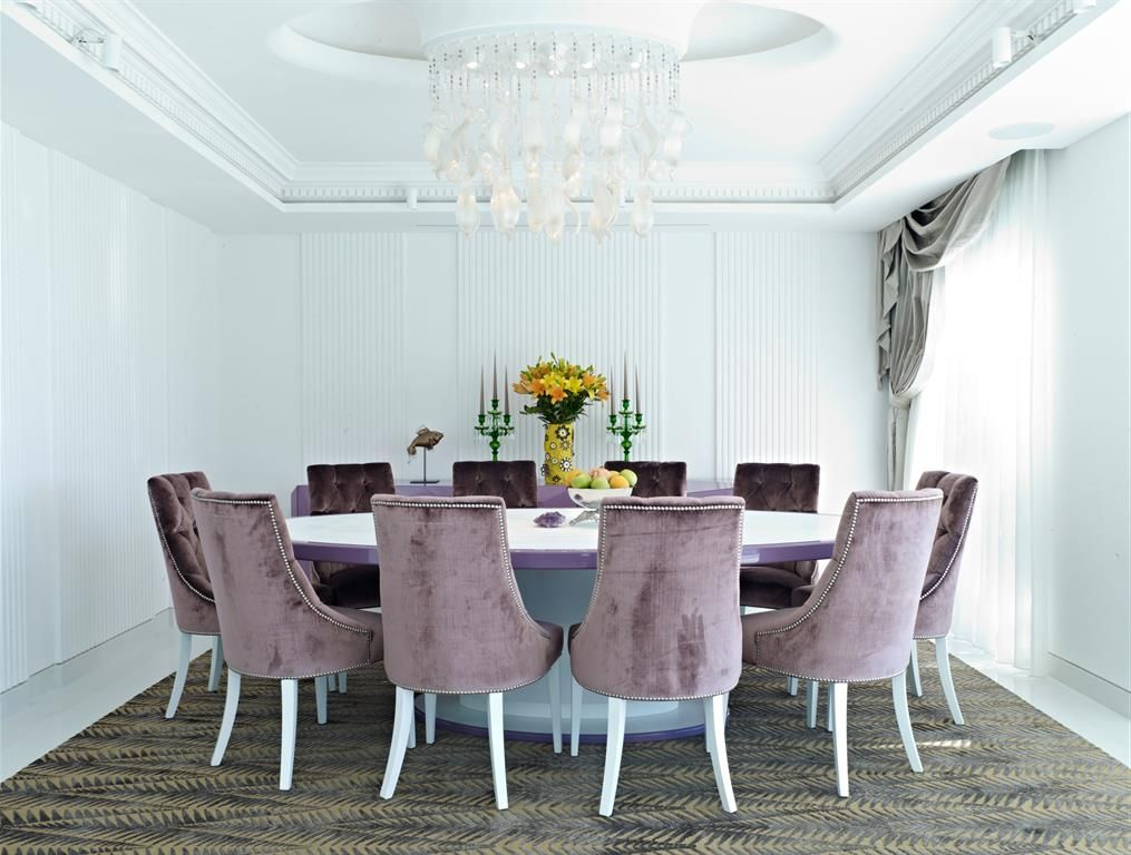 Purple and classical dining room with a round table   Salle à ...