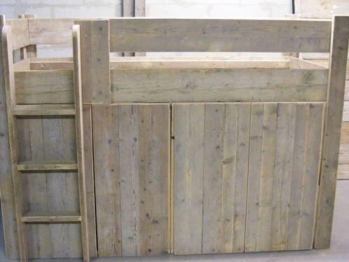 Hoogslaper Met Kasten Eronder : Steigerhouten halfhoogslaper met bureau bed en bureau de