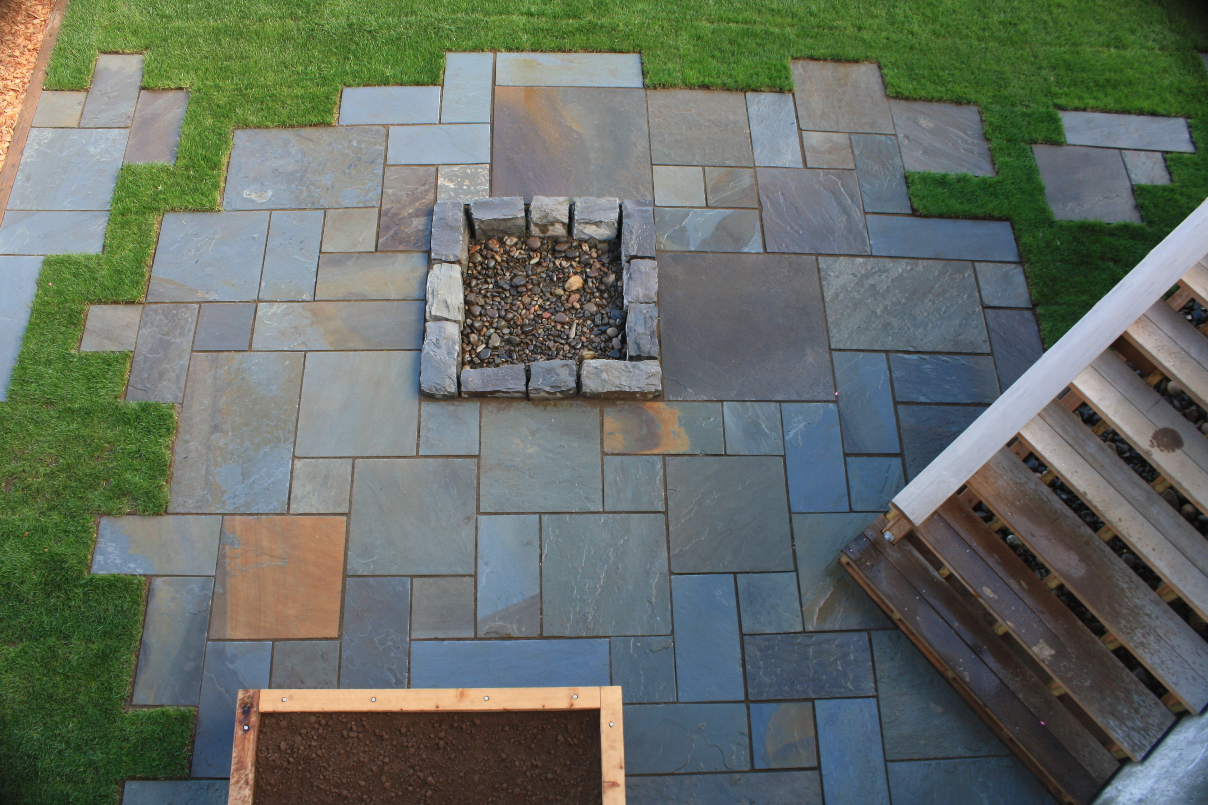 Dimensional Bluestone Patio With Irregular Edge Creates A Puzzle Like Feel To This Patio And Stepping Stones D Bluestone Patio Paving Stone Patio Patio Stones