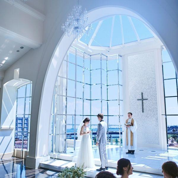 ヴェネツィアの披露宴会場のご紹介 横浜ベイクォーター ポートサイドエリアのウェディング 結婚式場 アートグレイス ポートサイトヴィラ 横浜の海を臨むガラスの独立型チャペルはみなとみらいからベイブリッジまでを一望できる大パノラマ 横浜の空 海 光に満ち