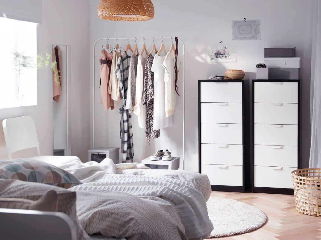 Chambre à coucher avec deux commodes 5 tiroirs en blanc/noir et un ...