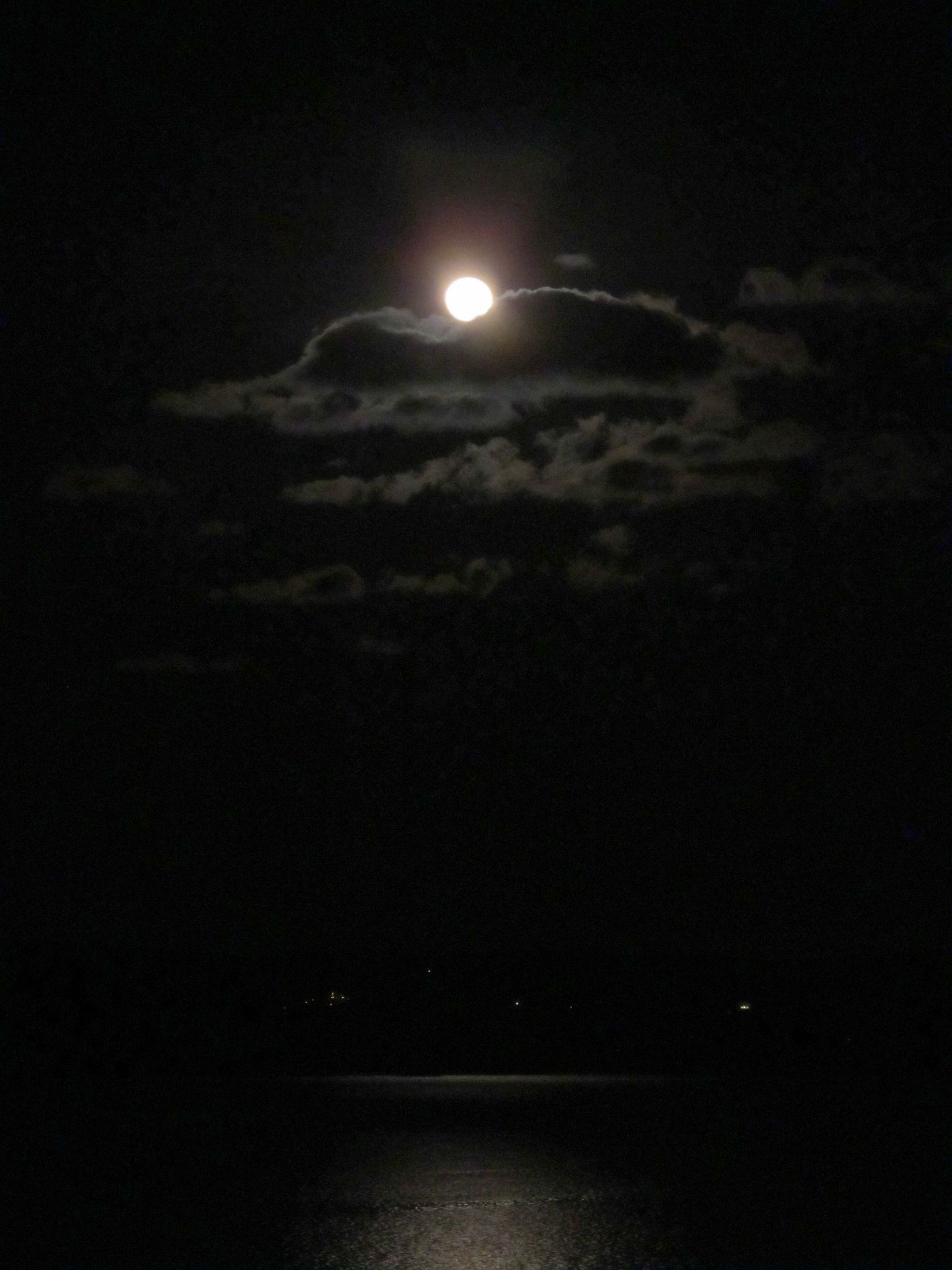 https://flic.kr/p/bUFAHN | Full Moon by Amy courtesy of Flickr Creative Commons licensed by CC BY 2.0 https://creativecommons.org/licenses/by/2.0/