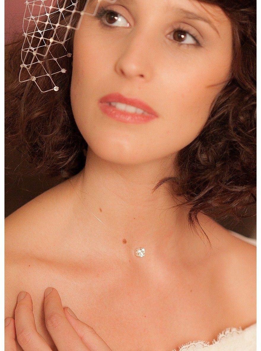 Un collier de mariée discret et simple qui complètera parfaitement une robe de mariée travaillée ou une coiffure sophistiquée.