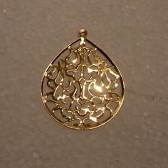 LOT 4 PENDENTIFS LAITON ESTAMPE AJOURE FILIGRANE GOUTTE 29mm OR DORE