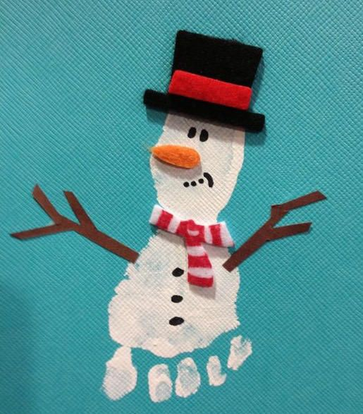 Mit Handabdrücken und Fußabdrücken kann man tolle Bilder machen. Zum beispiel Tiere, Schneemänner oder Tannenbäume. #weihnachtsbastelnmitkindernunter3