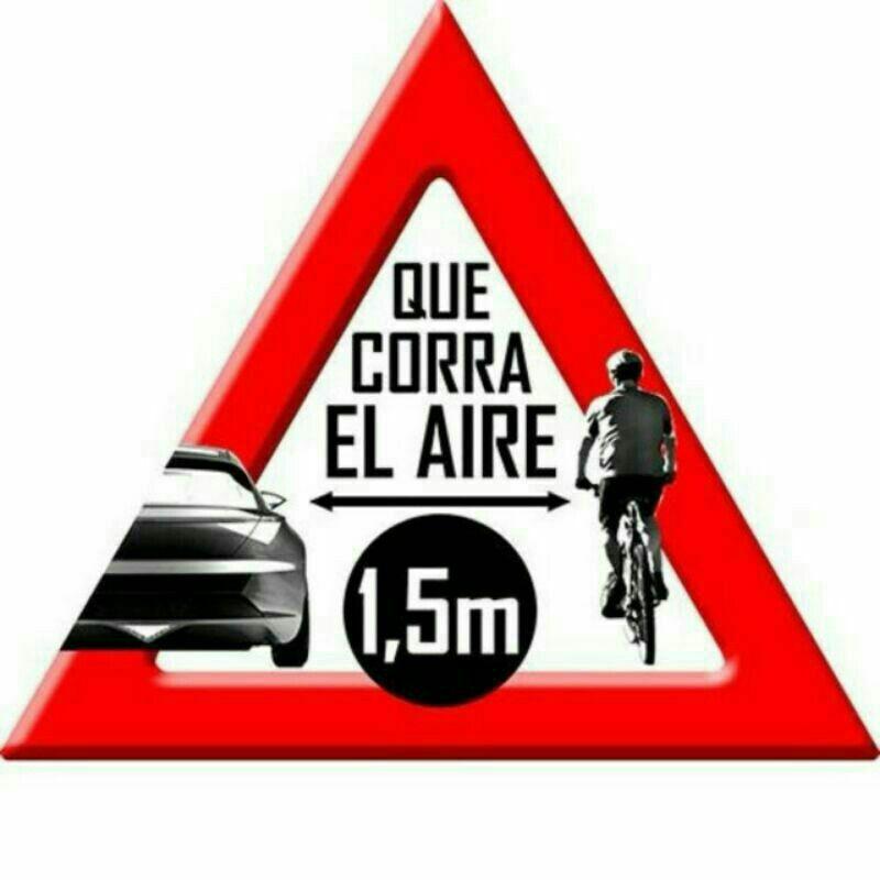 En la carretera hay que respetar al ciclista.  Porque no sólo es un ciclista, es una vida.  Deja 1,5 m. como mínimo de distancia lateral al adelantarlos.