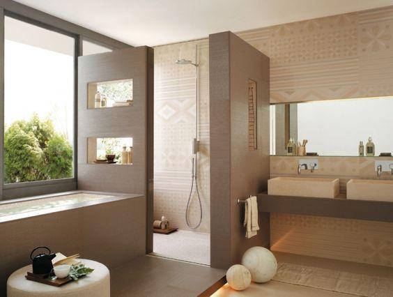 badgestaltungsideen fliesen beige dekorative muster badewanne - wohnzimmer vorwand mit deko nische