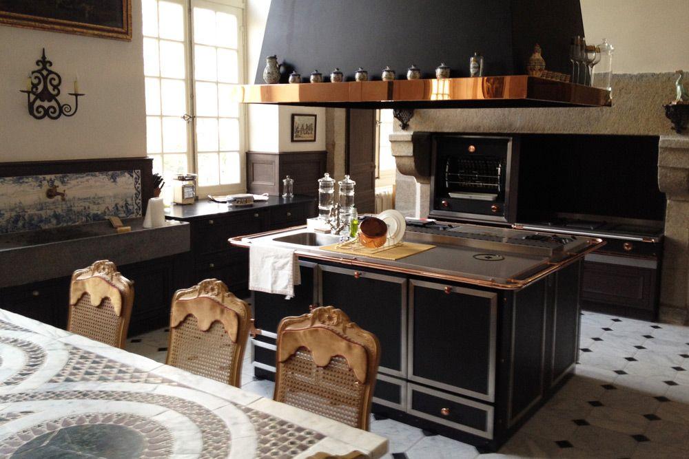 Une Cuisine De Malouiniere La Cornue Ilot Central Fourneaux Rotissoire Flamberge Entablement Inox Cuivre Kitchen Pinterest Kitchens Luxury Kitche