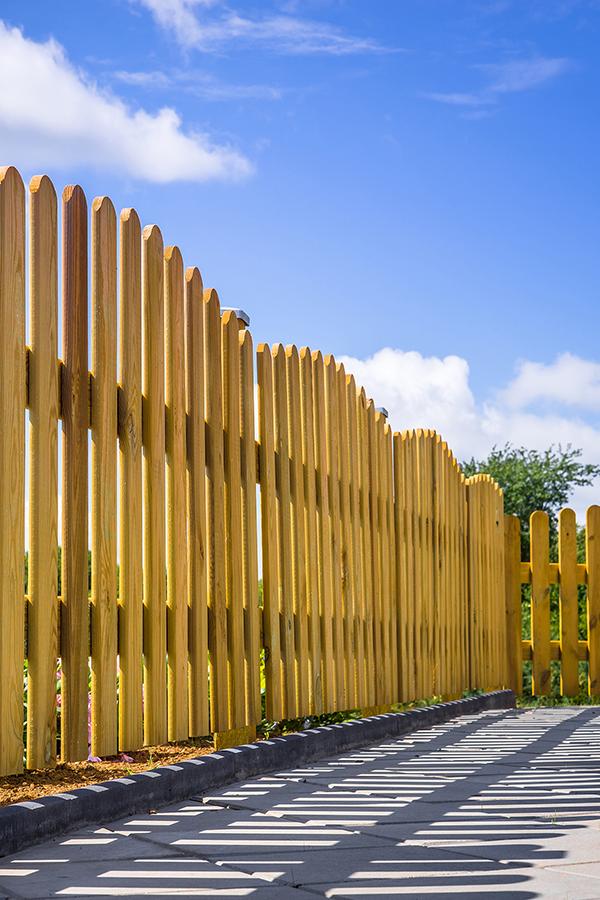 Holzzäune fügen sich wegen ihres natürlichen Materials