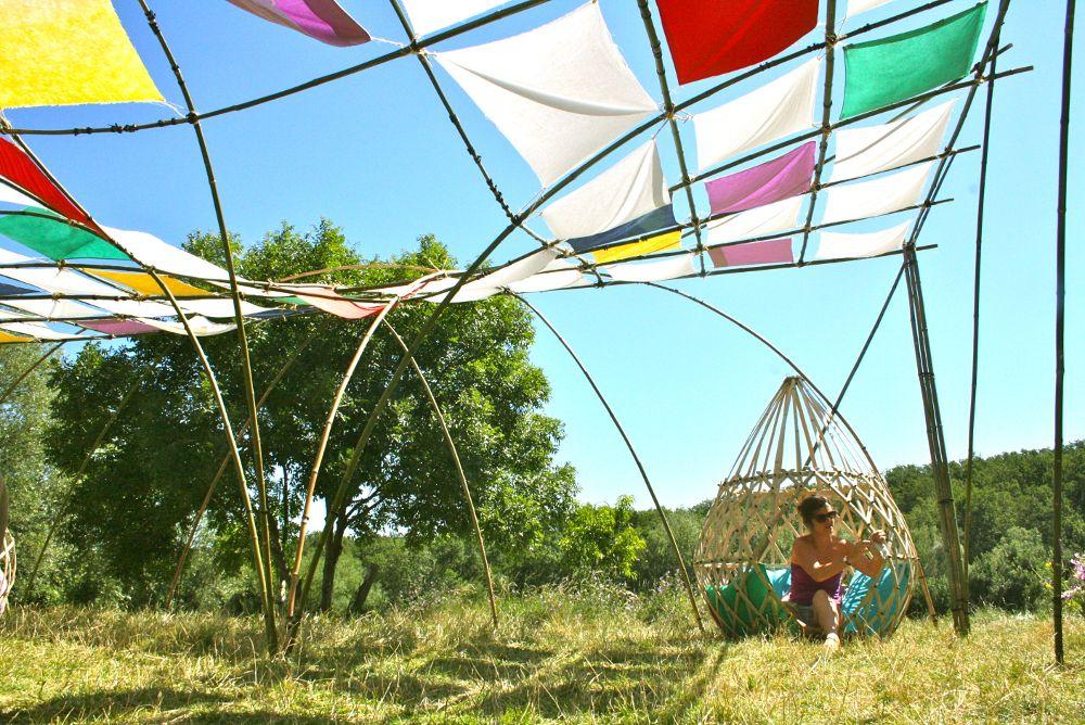Structure canopée géante Déambulons. Notre expérience nous permet de travailler sur des installations monumentales comme des aménagements discrets, à destinations des parcs, festivals, architectes paysagistes et designer d'extérieurs. Nous concevons des structures temporaires ou pérennes, dotées d'une architecture naturelle aux formes douces et aériennes, comme des dômes, couvertures, structures ornementales, pergola, pavillons, land art, … http://deambulons.com/structures-et-cocons-amanins