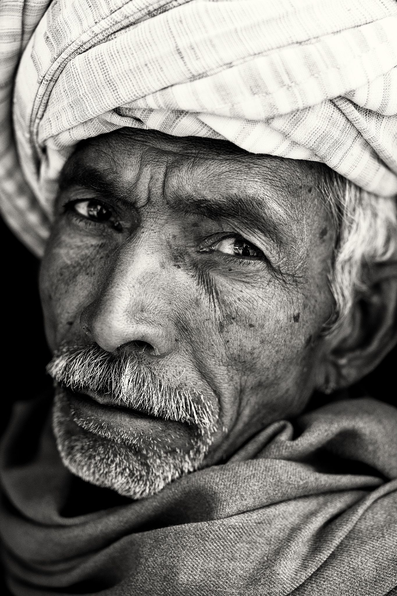 Old rajasthani man india مشاهد من الهند black white portraits
