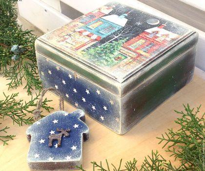 Купить или заказать Шкатулка Сказочный Город в интернет-магазине на Ярмарке Мастеров. Шкатулочка действительно сказочная! Создаёт праздничное настроение, украшена снежной россыпью. В подарок к шкатулке - елочная игрушечка в виде домика, декорирована игрушкой. Внутри шкатулочки, на крышке - декоративный элемент. Основа шкатулки - массив сосны. Все материалы - на водной основе, безопасны для человека. Для получения новинок моего магазина, нажмите кнопочку на панельке слева 'Добавить в круг'.