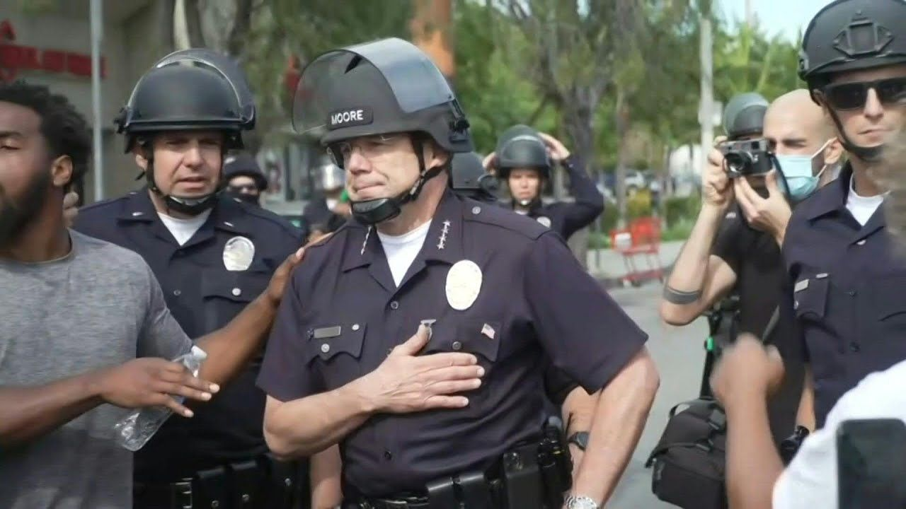 Us Activists Cheer On Los Angeles Police Chief During George Floyd Protest Afp Youtube In 2020 Police Chief African American Men Under The Knee