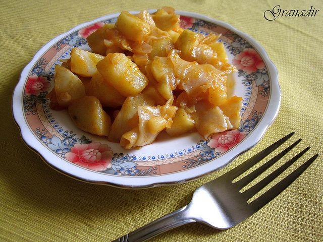 ČO POTREBUJETE:     4 stredné veľké zemiaky; uvaríme v šupke   hrsť cestovín   soľ   1 plochá lyžička sladkej mletej papriky   1 če...