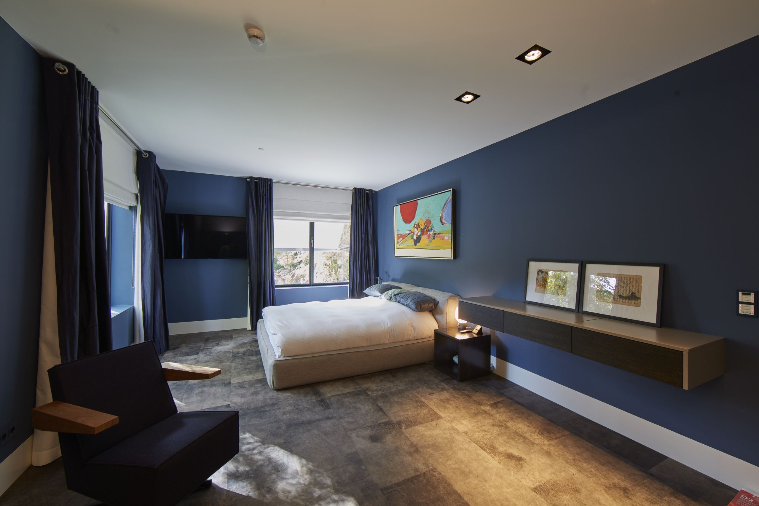 strakke blauwe slaapkamer met bruine vloer