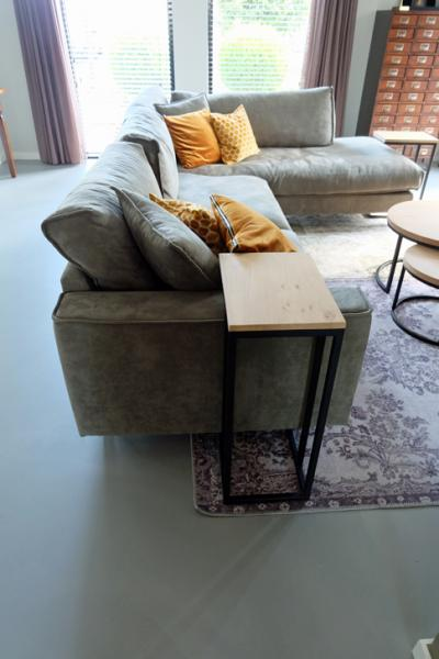 Deze loungebank met goud gele kussens combineert prachtig op