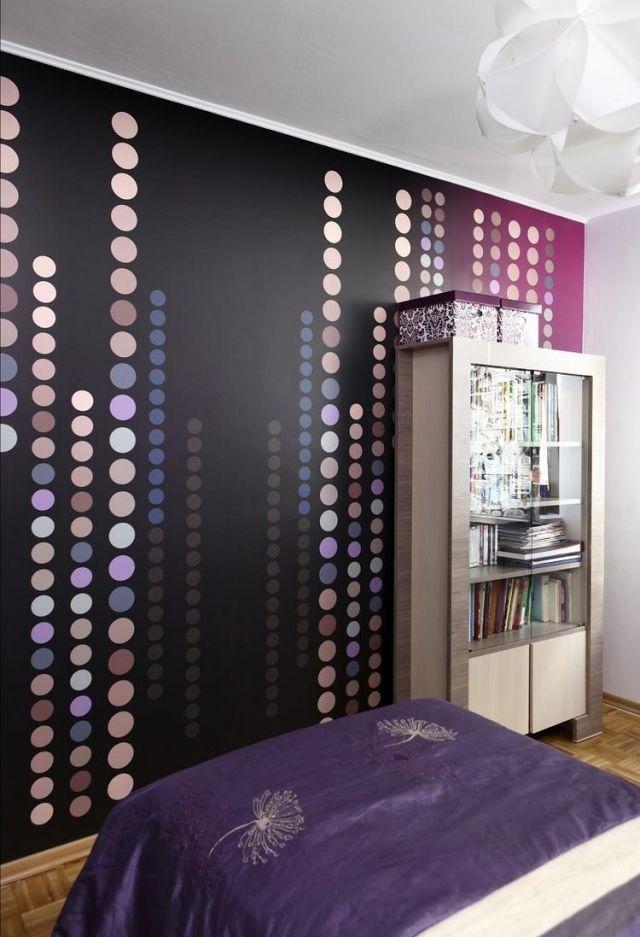 farbgestaltung-schlafzimmer-ideen-lila-nuancen-tapete-parkettboden - wohnideen fürs schlafzimmer