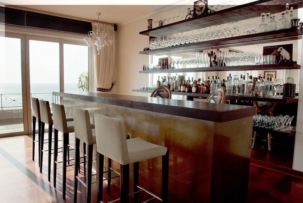 Bar compuesto por repisas de madera y espejos la barra for Diseno de interiores lima