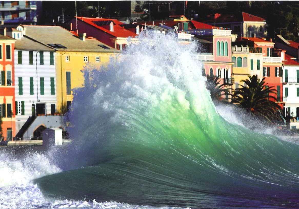 218 km, pari al 63% del totale della costa della Liguria è stato modificato da interventi edilizi negli ultimi 2 decenni, cancellando ben quattro chilometr