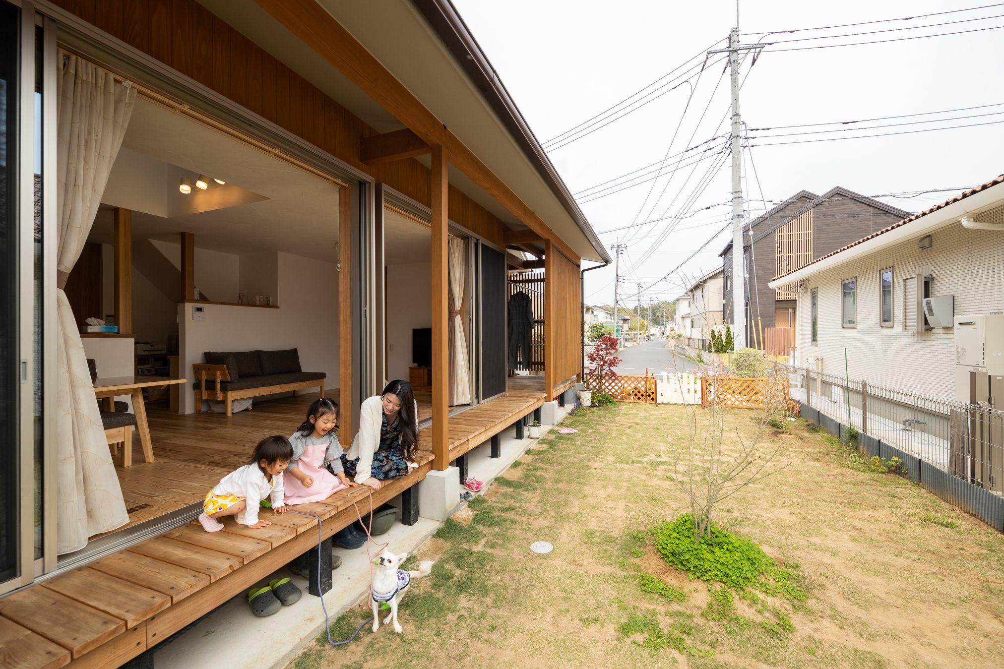 閑静な住宅街の中に建つ 土いじりと縁側と犬暮らし 大きく2枚に