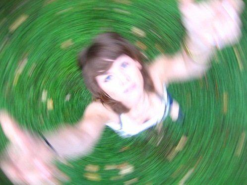 MAREO, VÉRTIGO, todo gira a mi alrededor... SIENTO que me CAIGO... TENGO MIEDO de caminar por la VEREDA! http://fibromialgiadolorinvisible.blogspot.com.ar/2015/01/mareo-vertigo-todo-gira-mi-alrededor.html