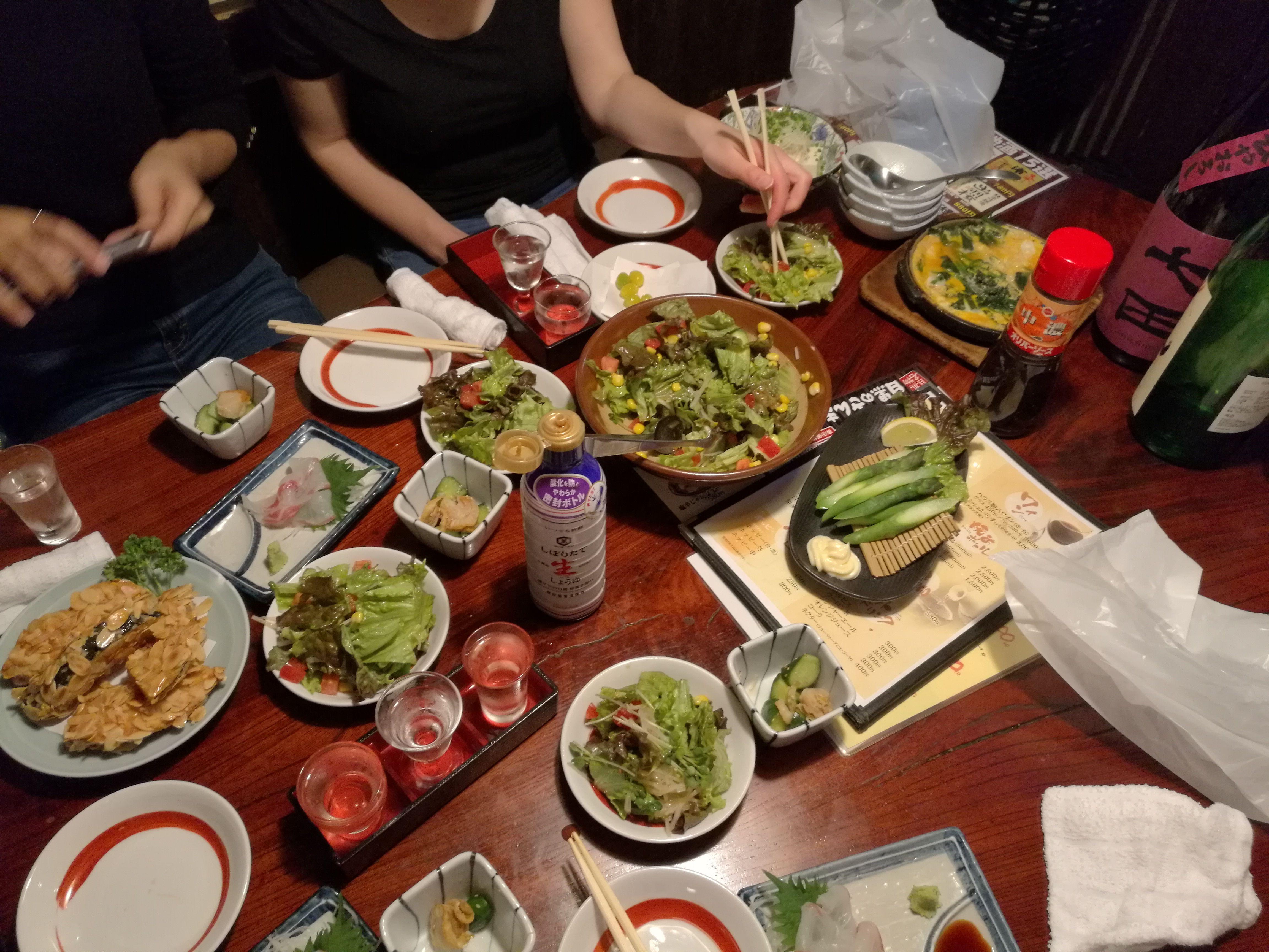 Mesa bien llena de platos riquísimos