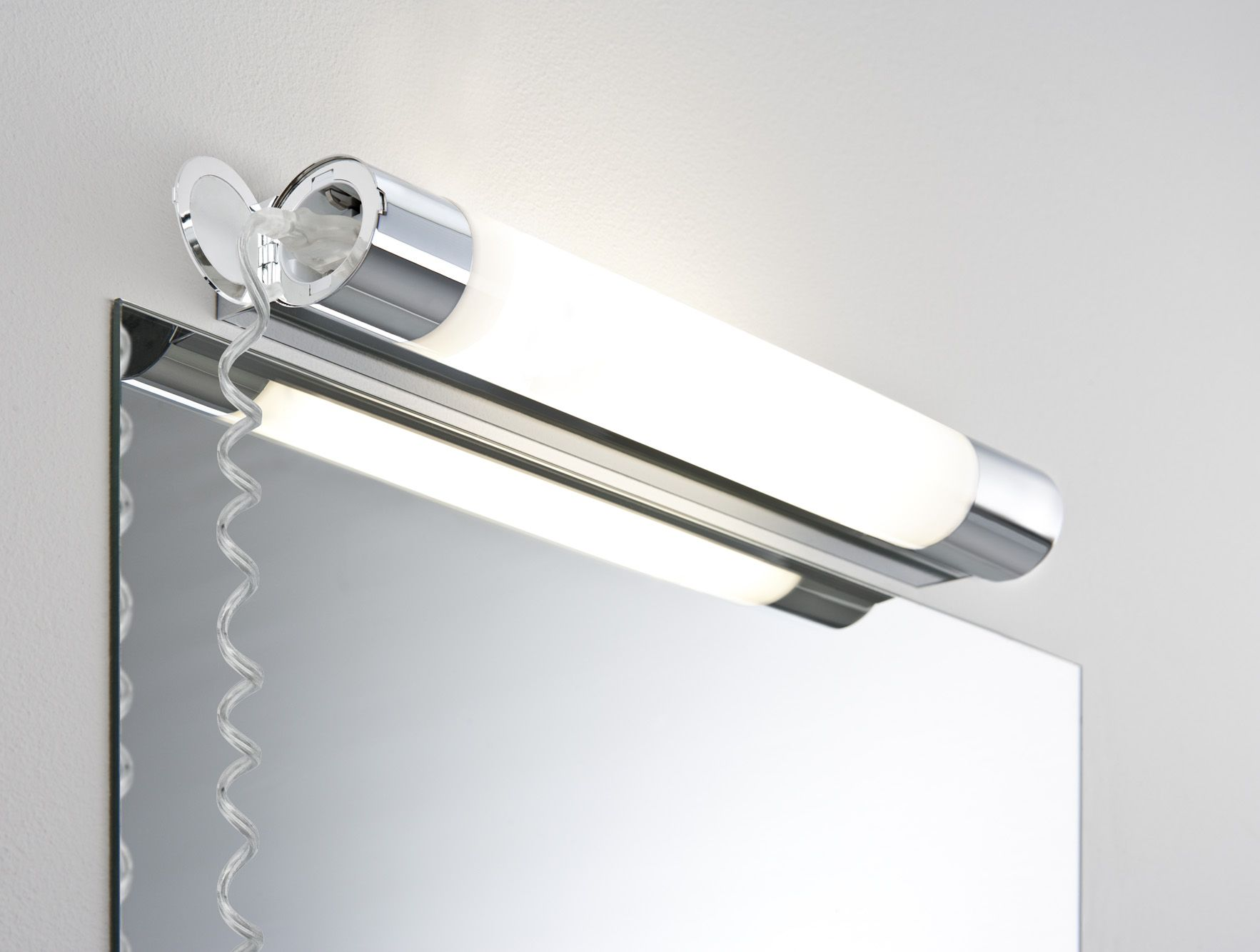 Badkamer spiegellamp met stopcontact project foto 39 s for Applique salle de bain avec prise de courant